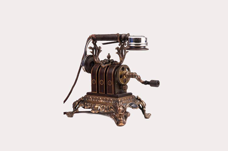 Il telefono usato dall'imperatrice Aleksandra Feodorovna (1872-1918), moglie dell'imperatore Nicola II. Mix & Genest, Germania, 1900