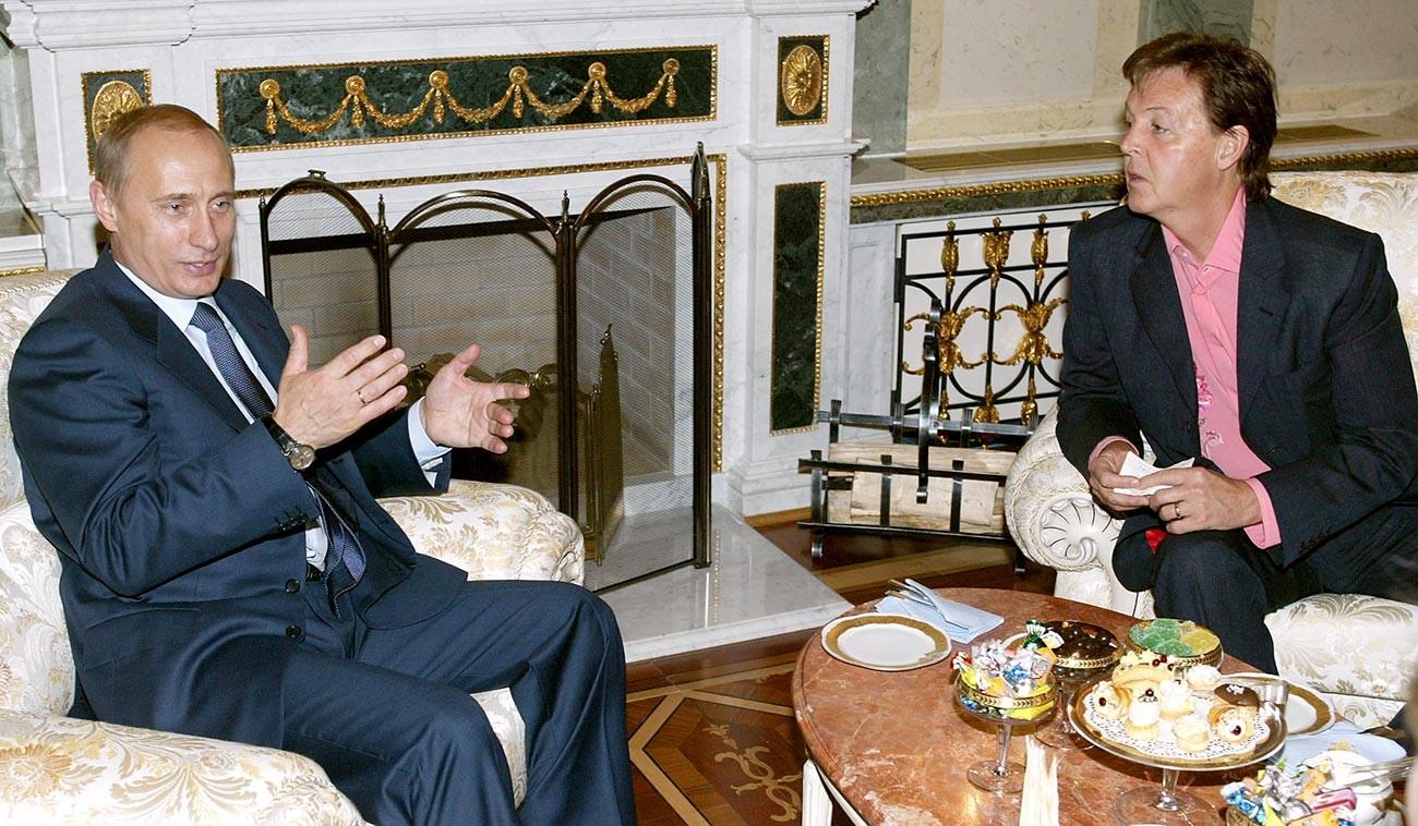 Владимир Путин и Сър Пол Маккартни на среща в Москва.