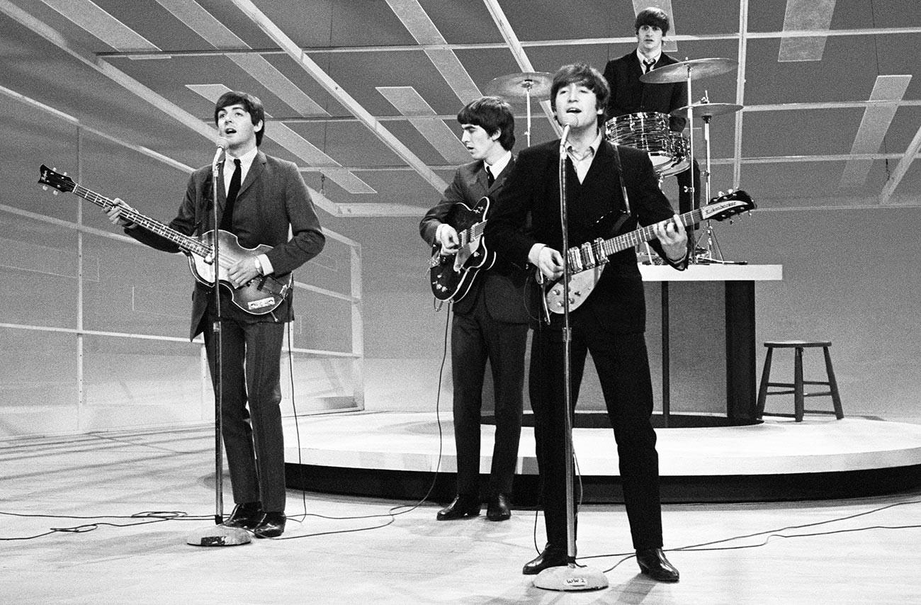 Джон Ленън, Пол Маккартни, Джордж Харисън и Ринго Стар репетират появата си в шоуто на Ед Съливан, 1964 .
