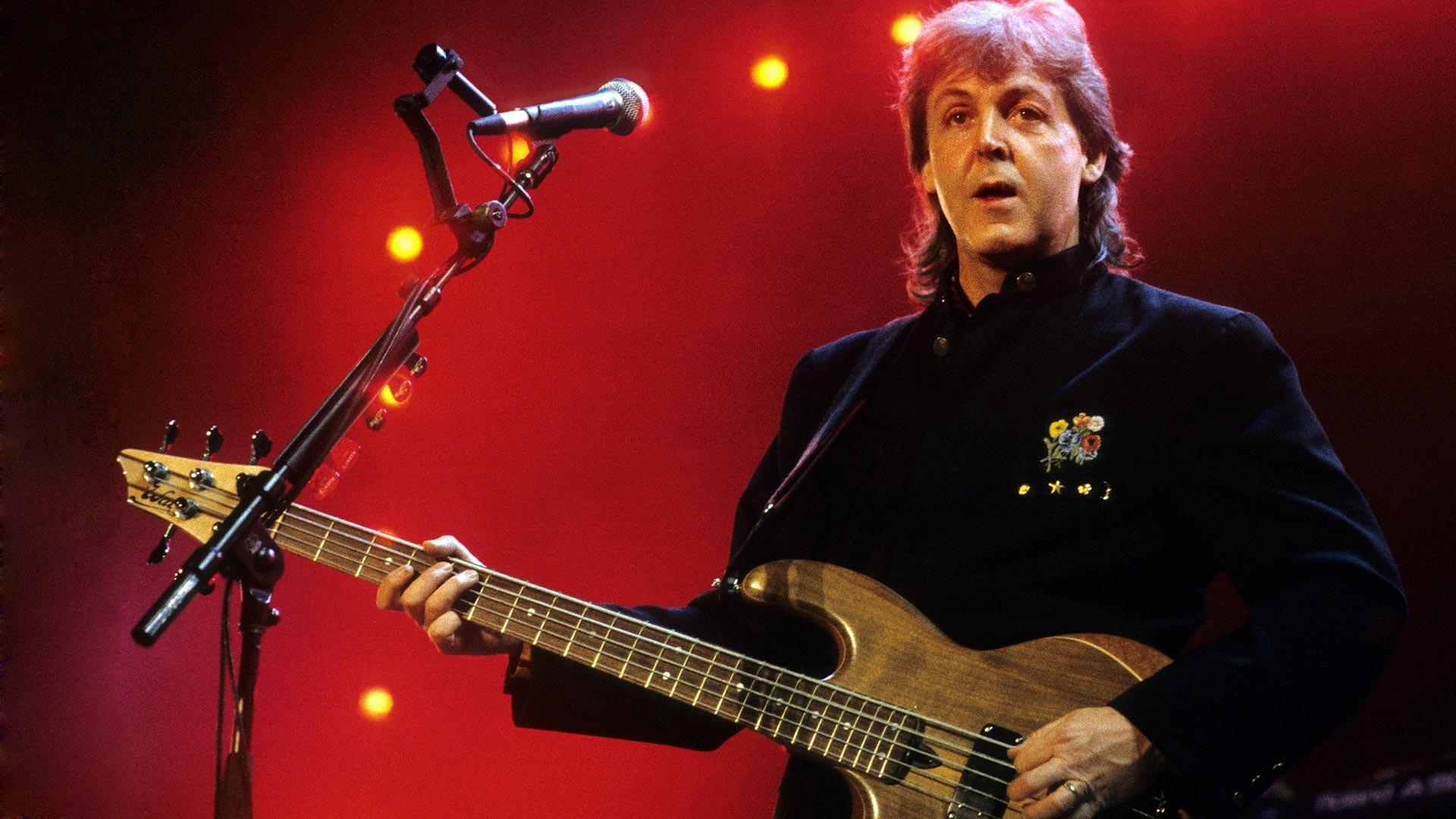 Пол Маккартни свири на сцената на 5-струнна бас китара на световното си турне в Ахой на 11 ноември 1989 г.