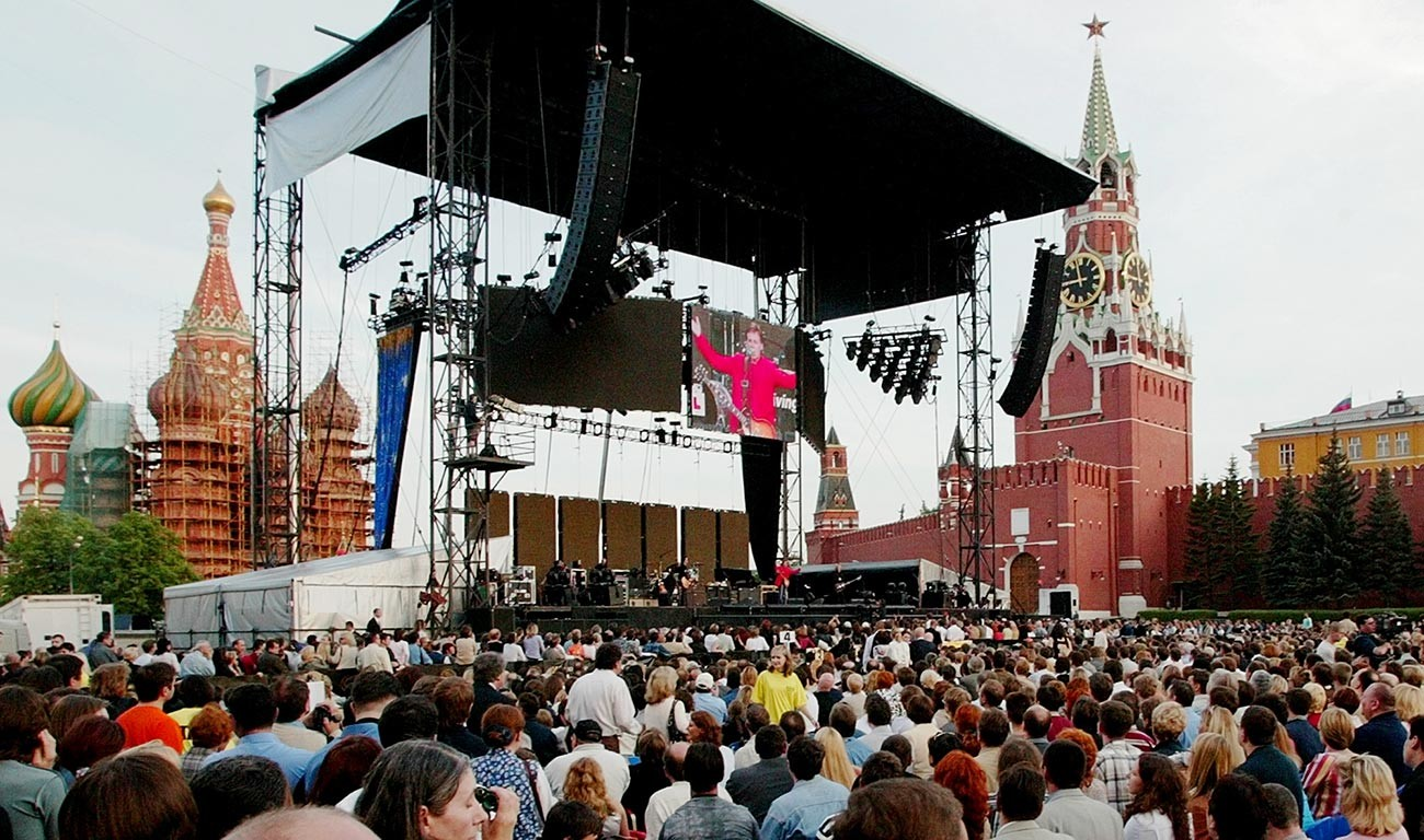 Образът на бившия бийтъл сър Пол Маккартни се прожектира на гигантски екран, докато той свири на Червения площад на 24 май 2003 г. по време на първото си посещение в Русия.