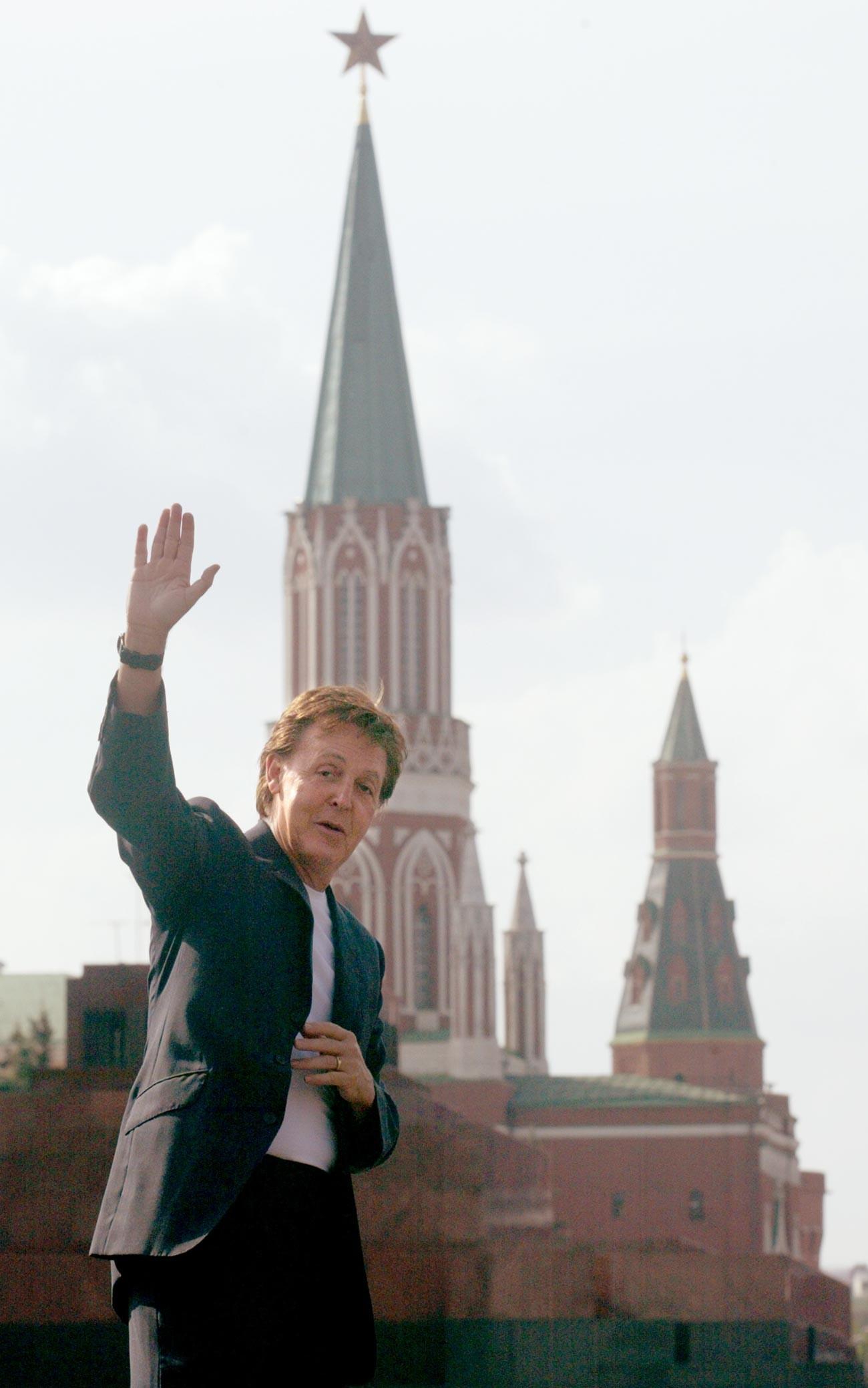 Маккартни позира за снимка на Червения площад.