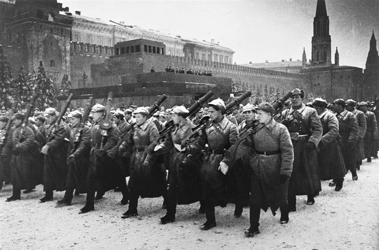 Un desfile militar en la Plaza Roja el 7 de noviembre de 1941.