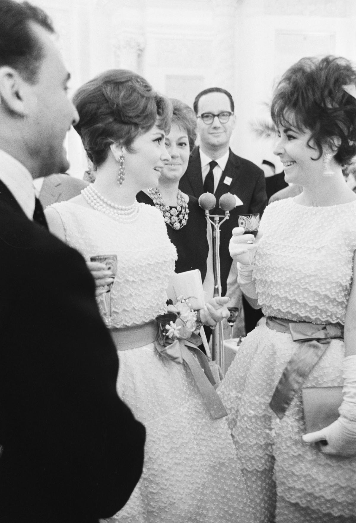 Elizabeth Taylor (R) e Gina Lollobrigida durante un ricevimento nel Gran Palazzo del Cremlino al 2° Festival Internazionale del Cinema di Mosca, 1961