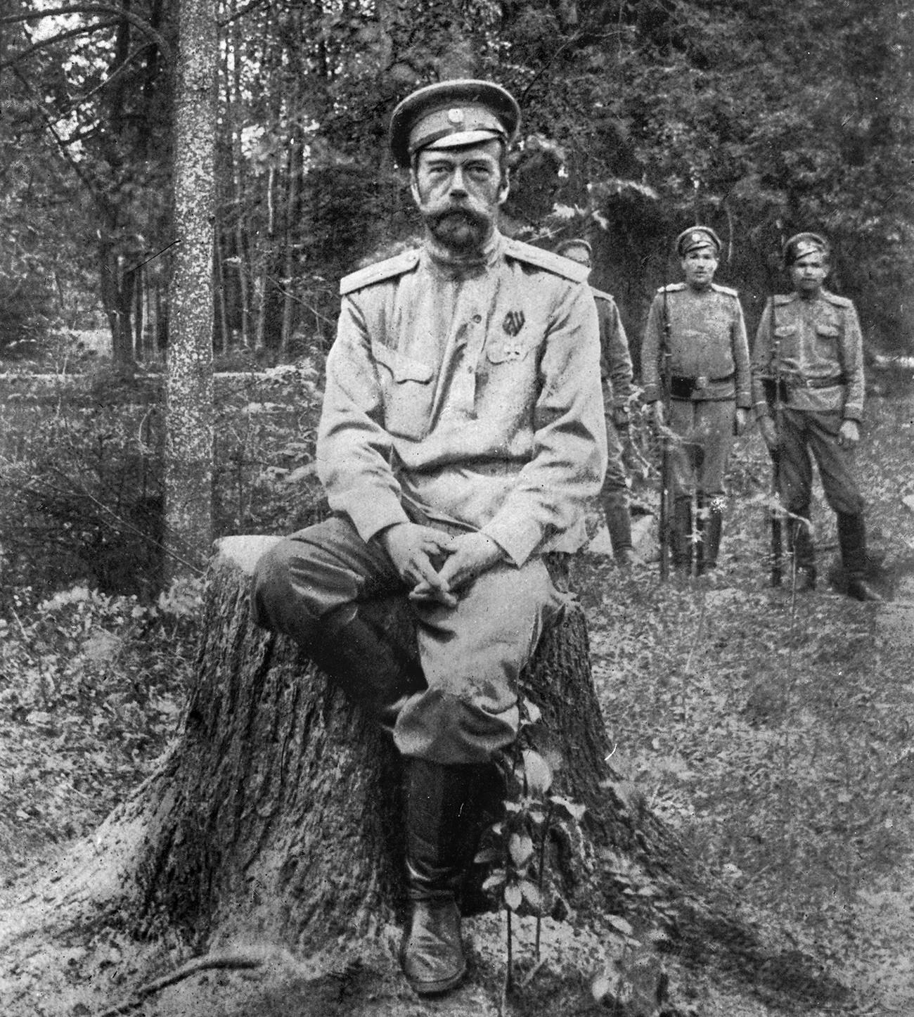 Nikolai Romanov, saat tak lagi menjadi kaisar, di Tsarskoye Selo, 1917.