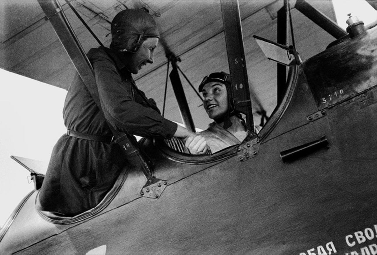 Pilots Larisa Rozanova (L) and Valentina Grizodubova.