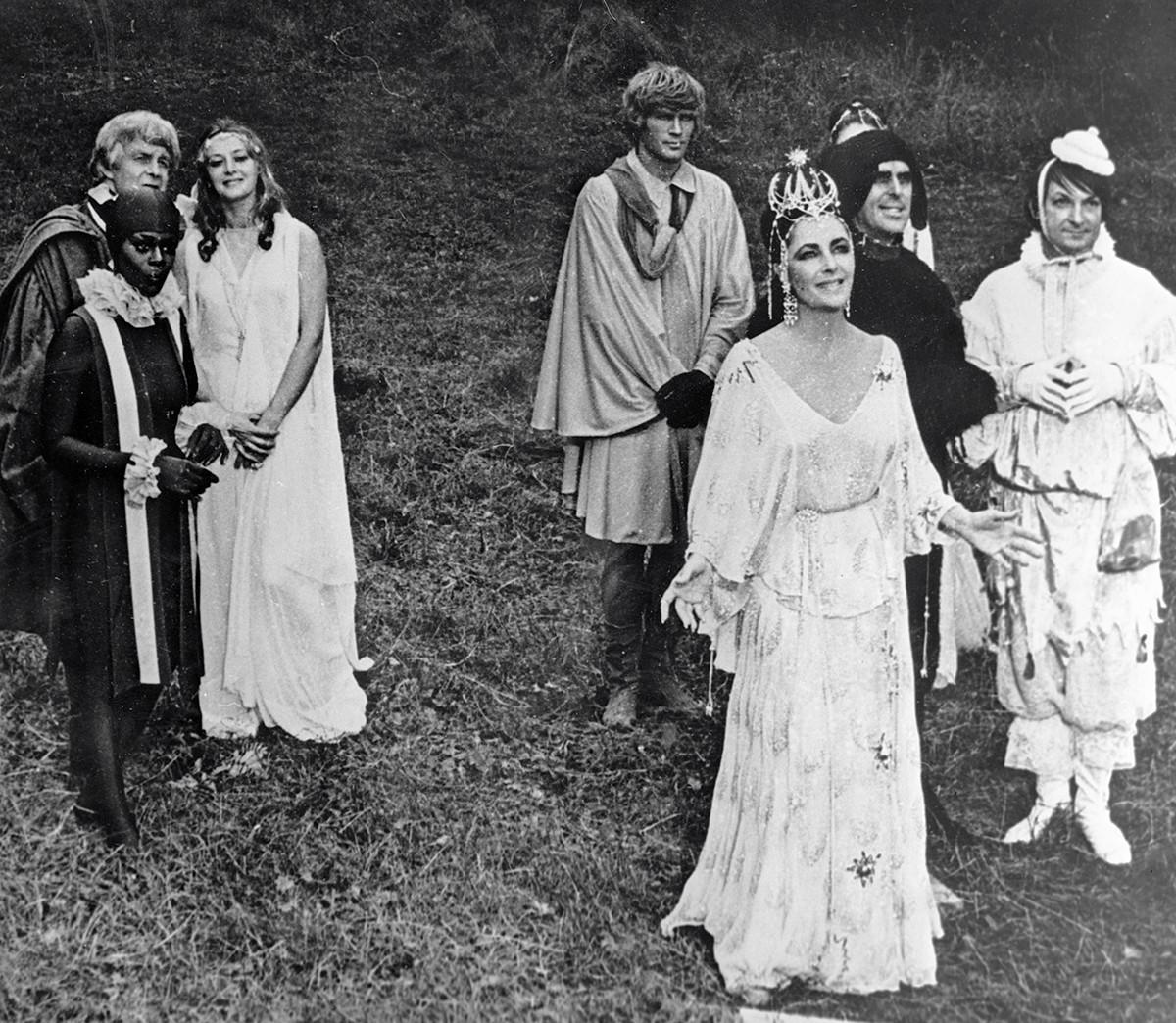 Элизабет Тейлор на первом плане во время съемок фильма