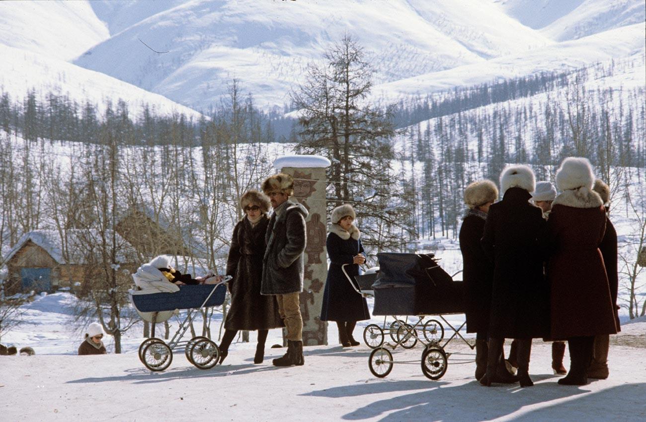 Жители поселка Синегорье Магаданской области. 1984 год