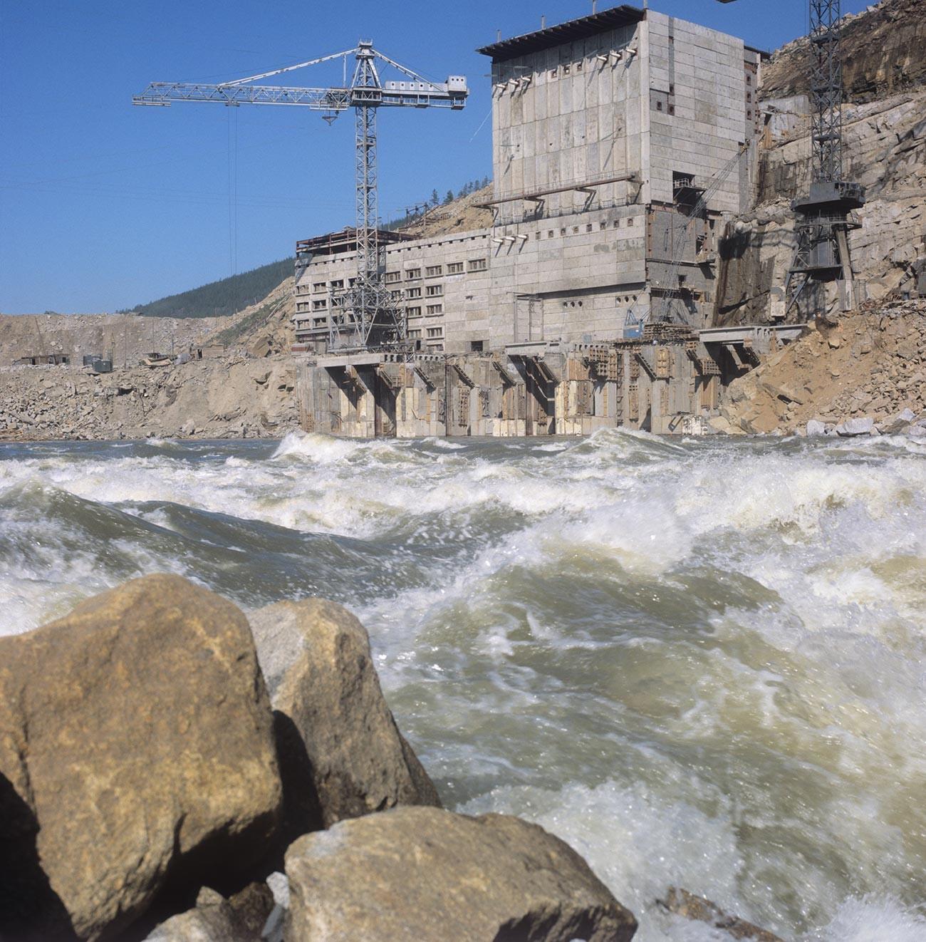 Изграждане на Колимската водноелектрическа централа .