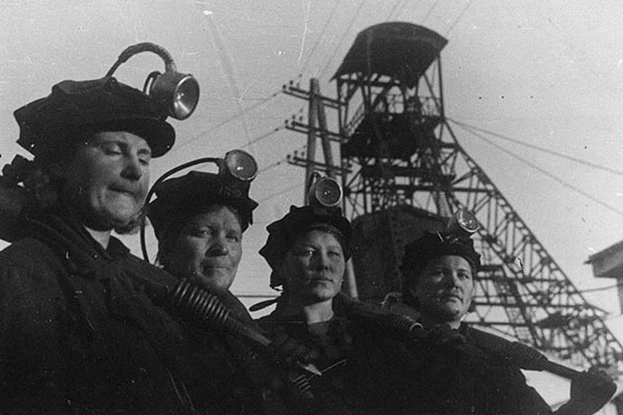 Brigada feminina na mina de Kirov, 1942.