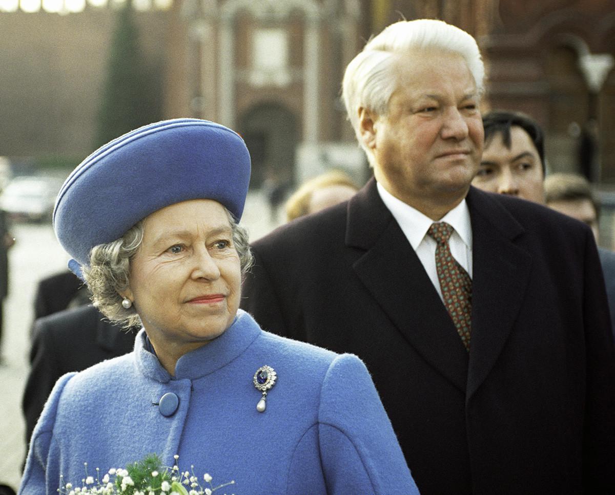 Председник Русије Борис Јељцин и краљица Велике Британије Елизабета II, за време званичне посете Русији, посматрају смену почасне страже на Црвеном тргу. 16. октобар 1944.