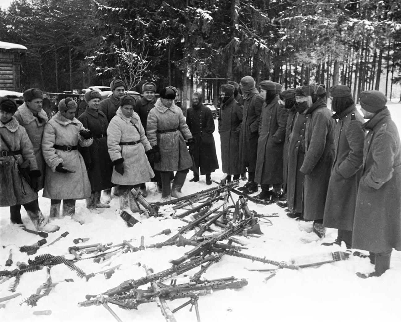 Die deutschen Soldaten geben ihre Waffen auf