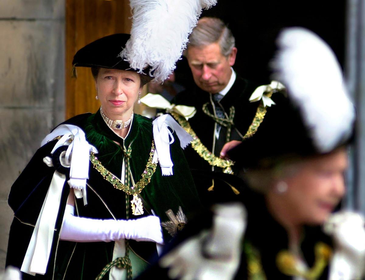 Краљица Ана излази из катедрале светог Гилеса, Единбург, 4. јул 2001.