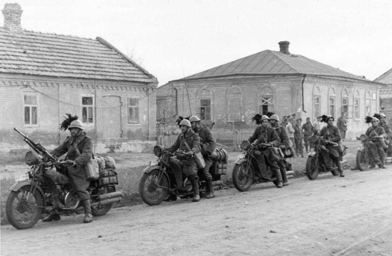 Италијански елитни стрелци (берсаљери) на мотоцикли во предградието на Сталино (Донецк).