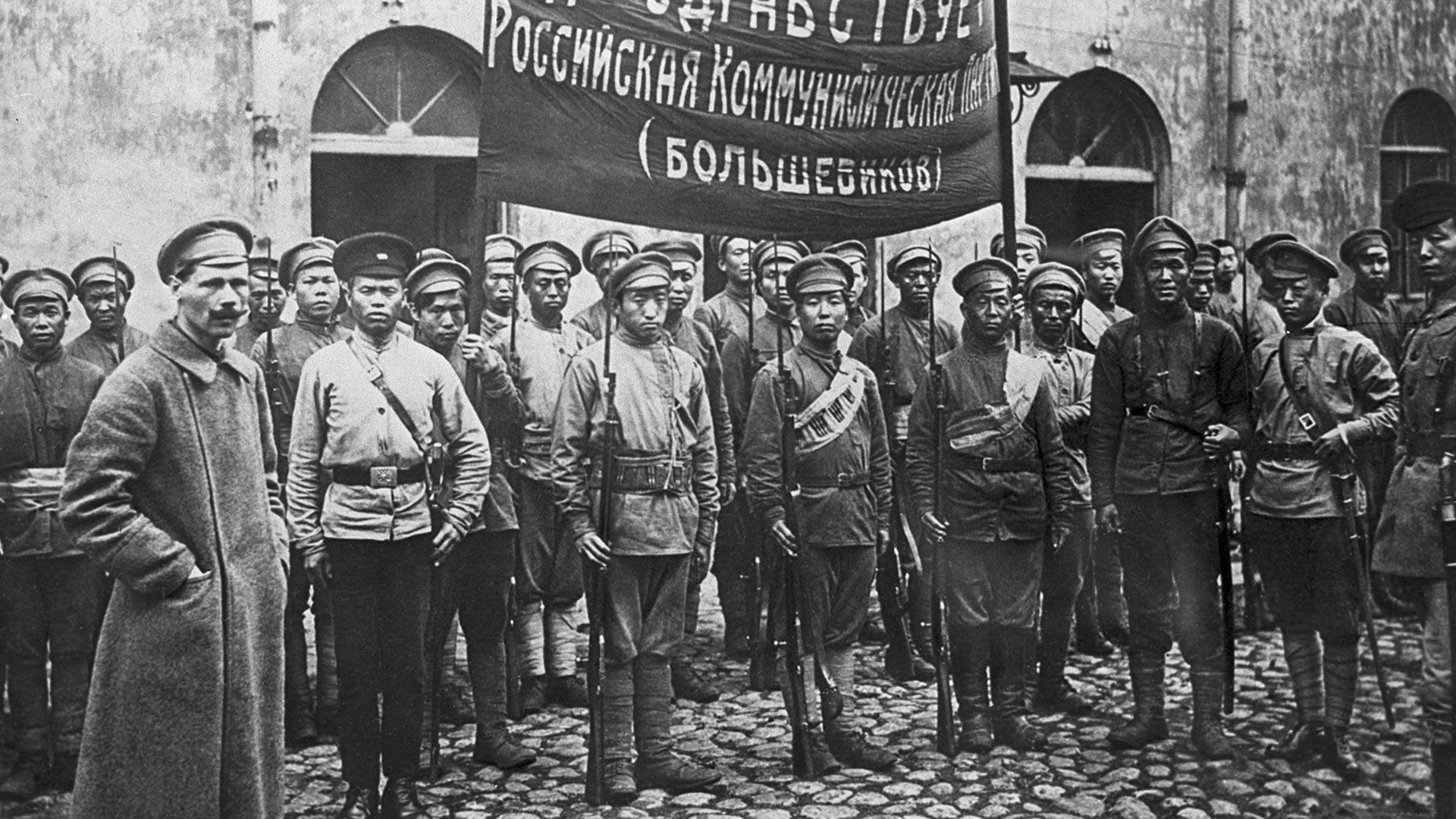 Первый коммунистический китайский отряд, сражавшийся в России в рядах Красной Армии, перед отправкой на фронт, 1918 г.