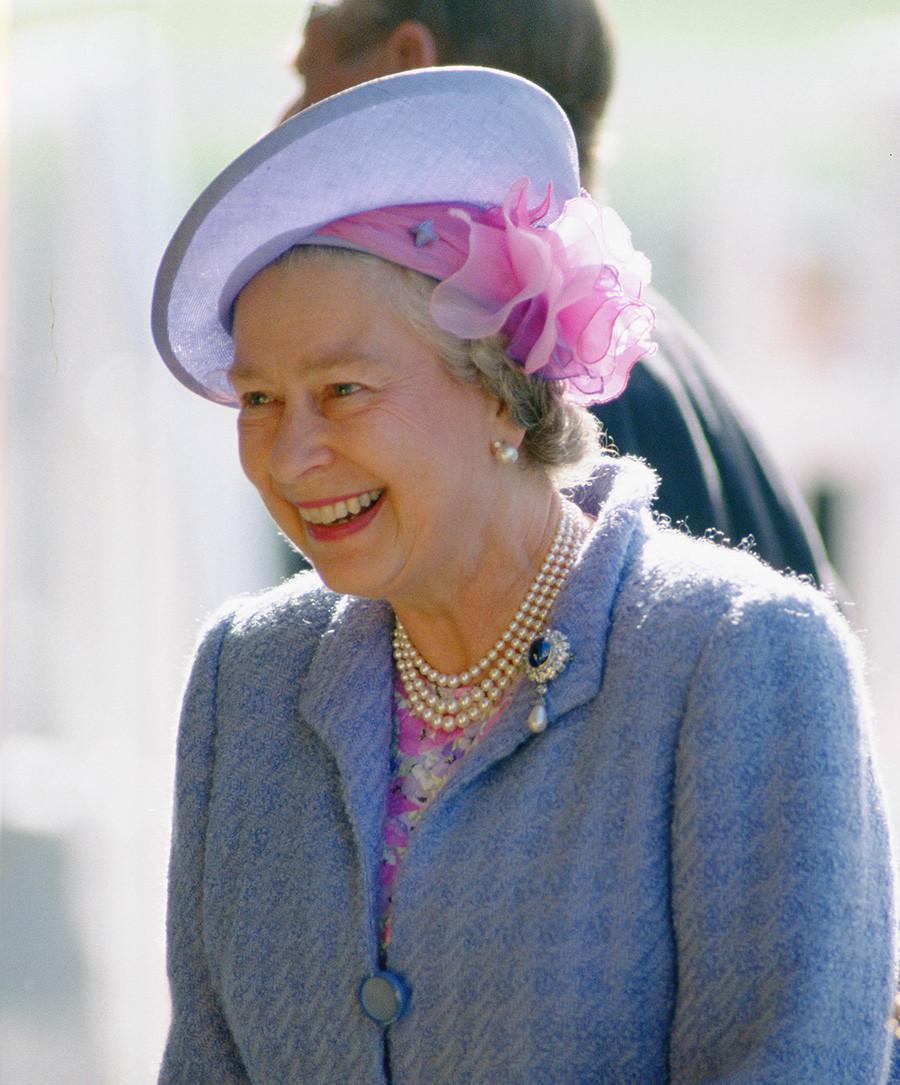 Абърдийн, Великобритания, 16 август 1992 г. Кралица Елизабет II пристига на празник.
