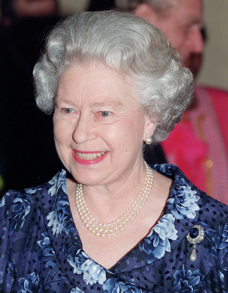 Кралица Елизабет II на сватбено тържество в британското кралско семейство, 21 юни 1999 г.