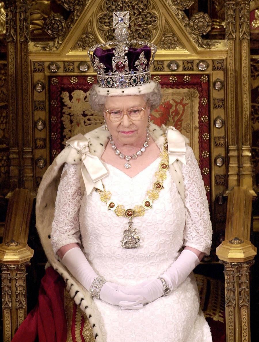 Кралицата се подготвя за реч в Камарата на лордовете преди церемонията по държавното откриване на парламента.