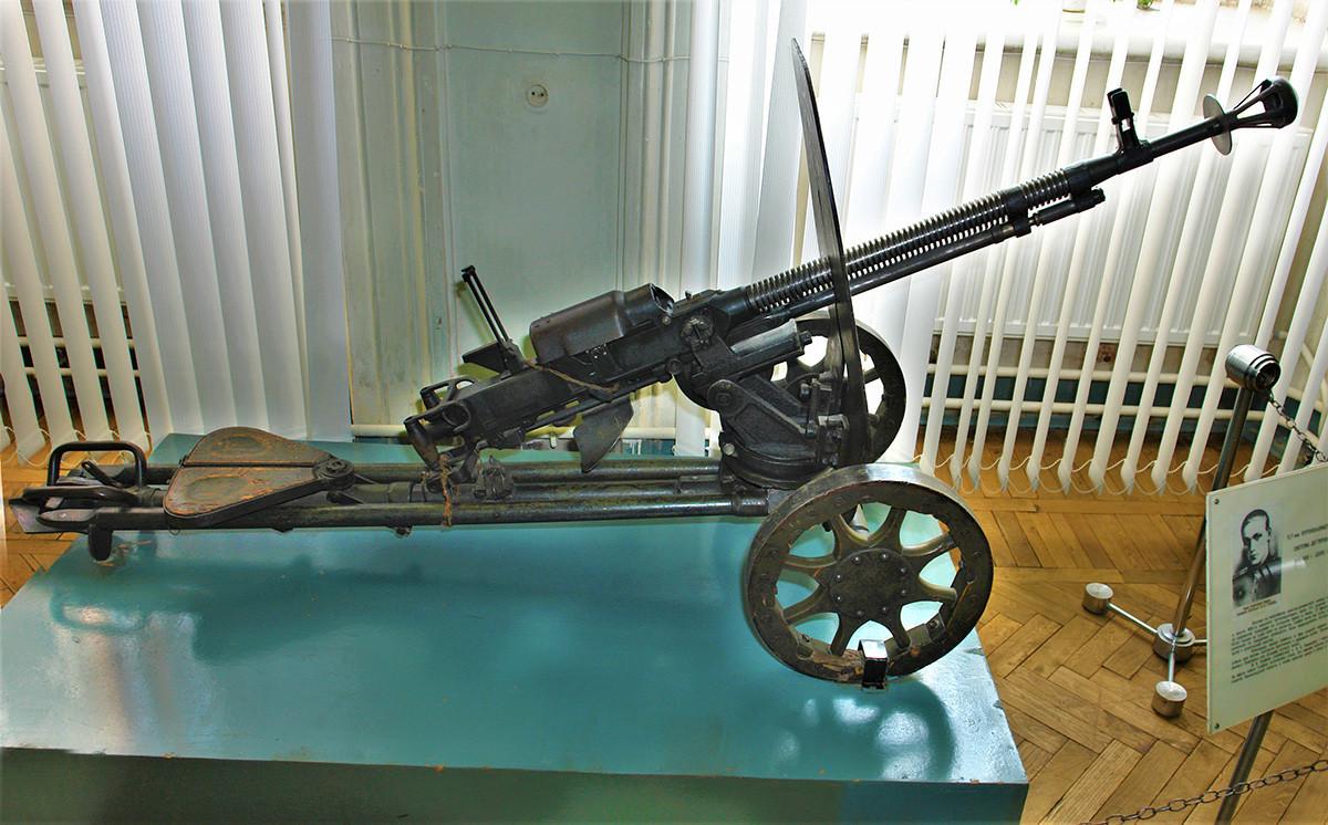 ДШК 1938, тешки митраљез великог калибра (12,7 мм) са постољем.
