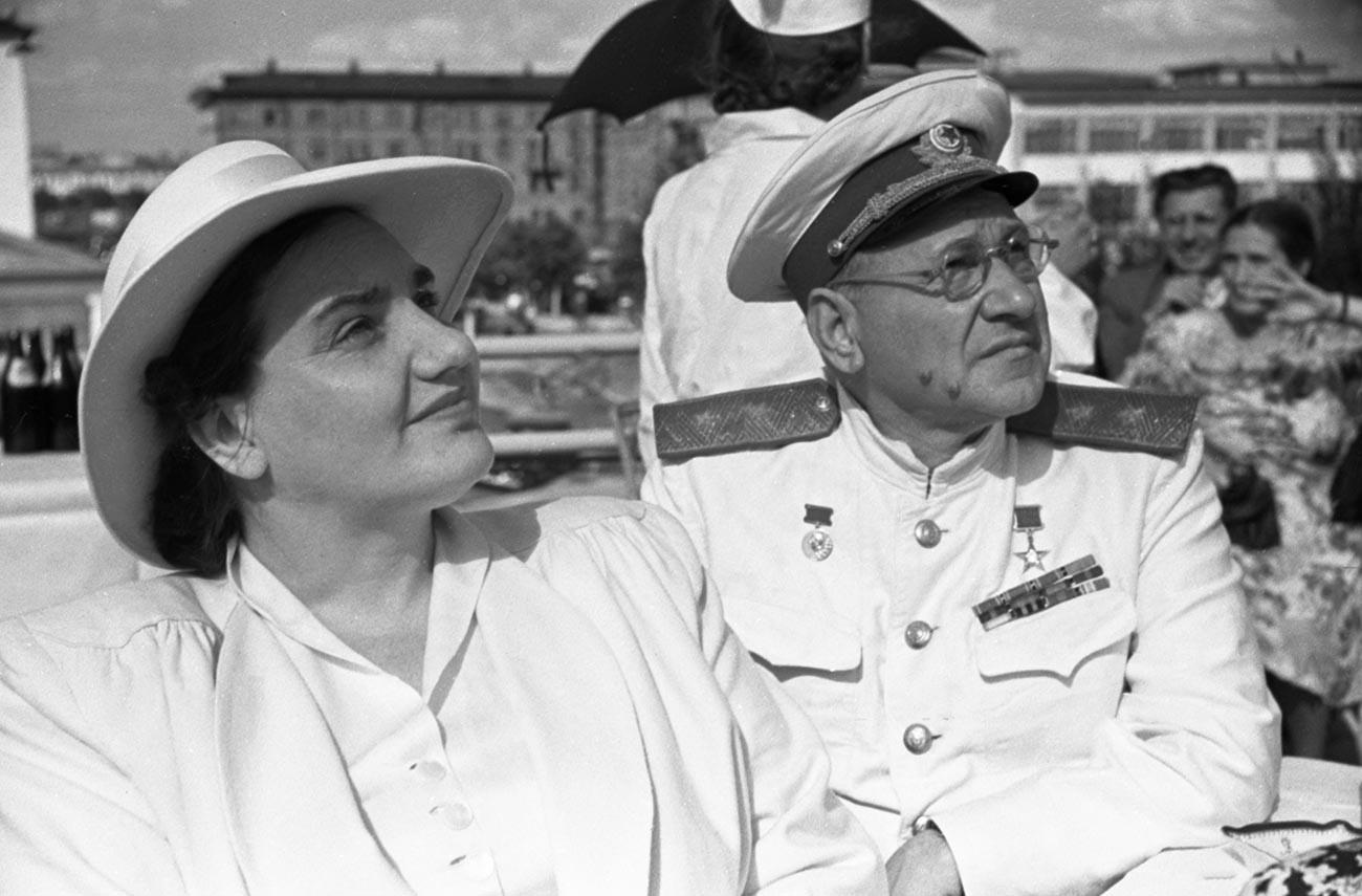 Съветски пилот, герой на Съветския съюз Валентина Степановна Гризодубова и съветски конструктор на самолети, герой на социалистическия труд Андрей Туполев по време на честването на Деня на ВВС на СССР на летището в Тушино. Точната дата на снимане не е определена.