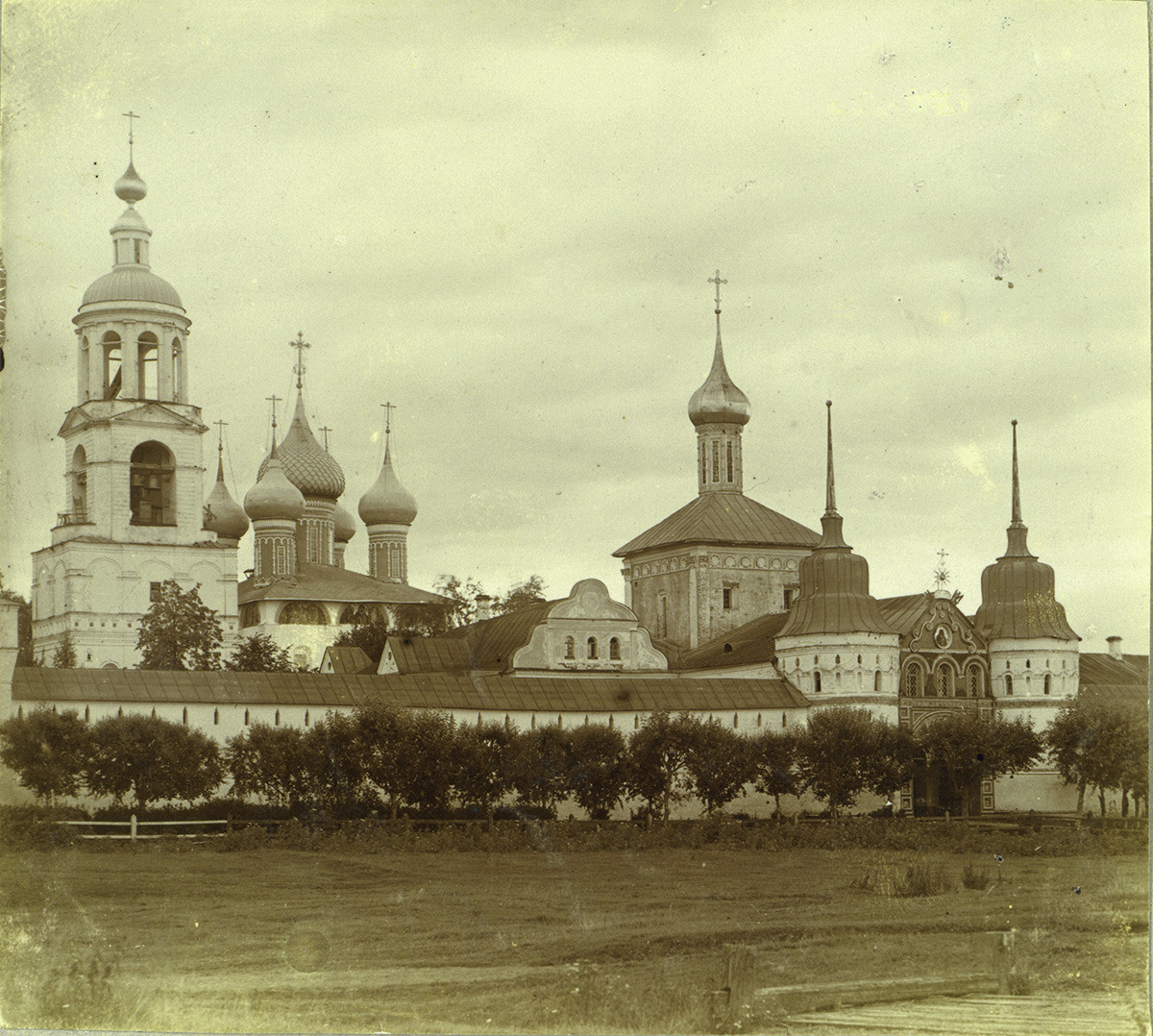 Tolg Monastery, west wall, northwest view. From left: bell tower; Presentation Cathedral; Church of St. Nicholas; Holy Gate. 1910