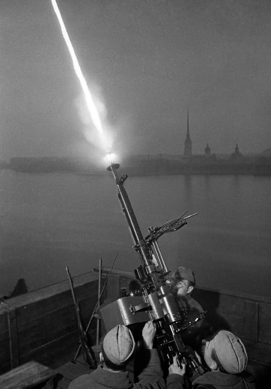 Pripadnik Rdeče armade strelja na nemška letala iznad Leningrada.