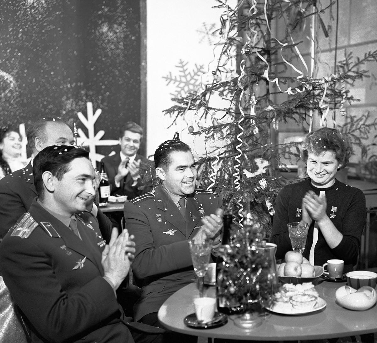 """Da sinistra, i cosmonauti sovietici Valerij Bykovskij, Andrian Nikolayev, e Valentina Tereshkova ospiti della trasmissione """"Golubój ogonjók"""""""