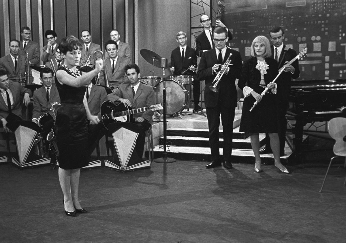 L'attrice e cantante polacca Barbara Rylska si esibisce con l'ensemble polacco diretto da K. Sadovsky, 1964