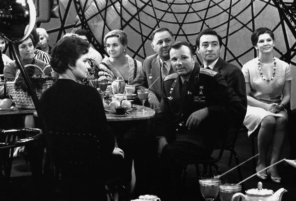 Da sinistra: Klara Luchko, Valentina Tereshkova, Margarita Volodina, Ivan Polozhnov, Yurij Gagarin, Vyacheslav Tikhonov ed Eleonora Belyaeva ospiti della trasmissione di Capodanno