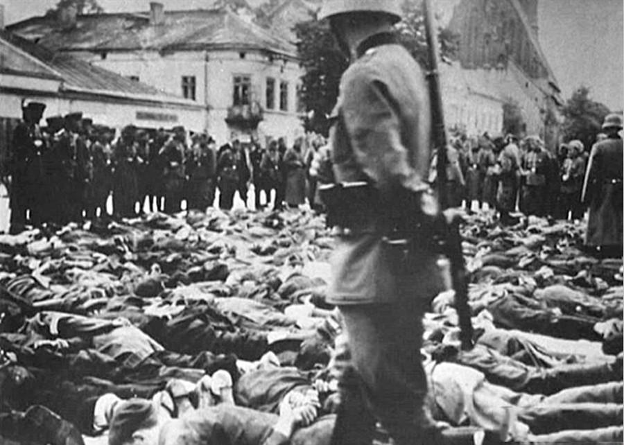 """Una scena del film """"Obyknovennyj faschizm"""" (""""Il fascismo ordinario""""; conosciuto negli Stati Uniti come """"Triumph Over Violence"""")"""