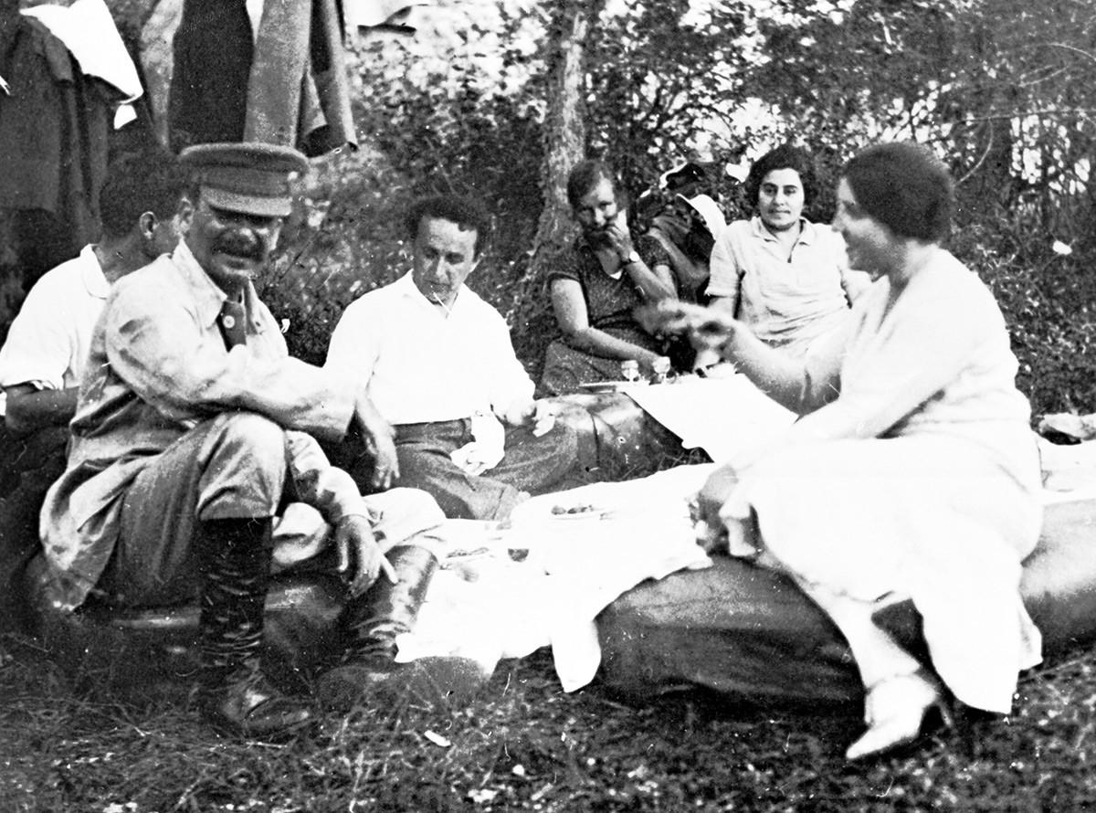 Stalin mit seinen Freunden und seiner Frau Nadeschda Allilujewa (r)