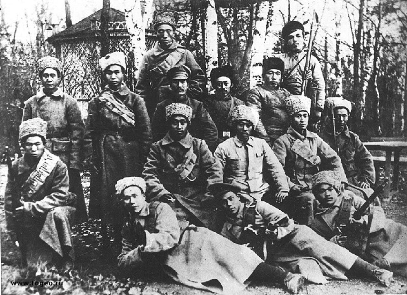 Ren Fuchen (center, white coat) with his soldiers.