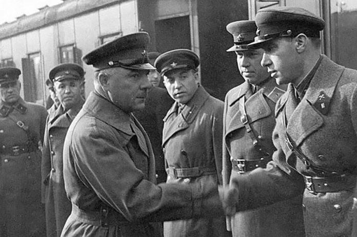 Народный комиссар обороны СССР Климент Ворошилов пожимает руку капитану Илье Старинову, 1937 г.
