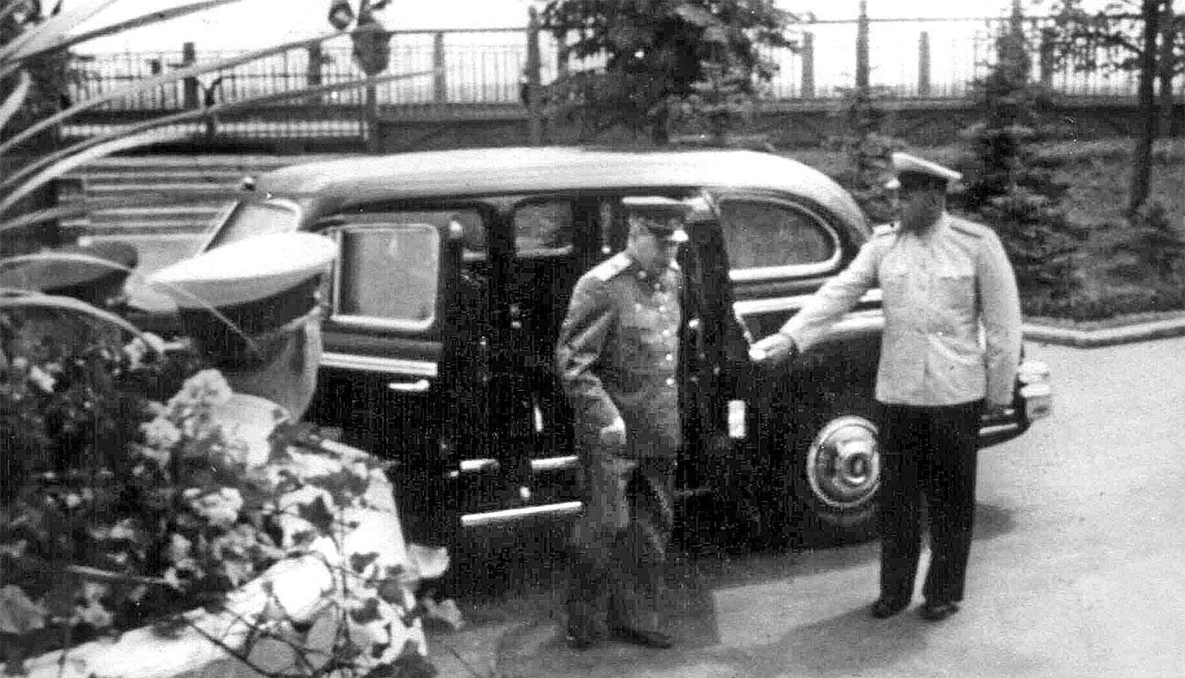 Stalin turun dari mobil limosinnya.