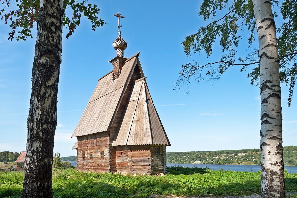 Seperti inilah surga Rusia: Birch dan gereja.