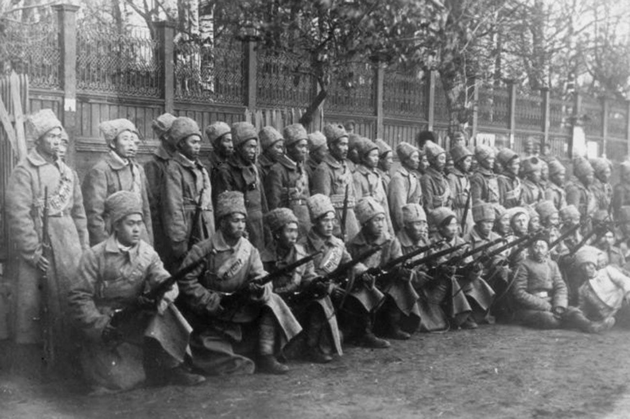 Soldados do 225º Regimento Internacional Chinês