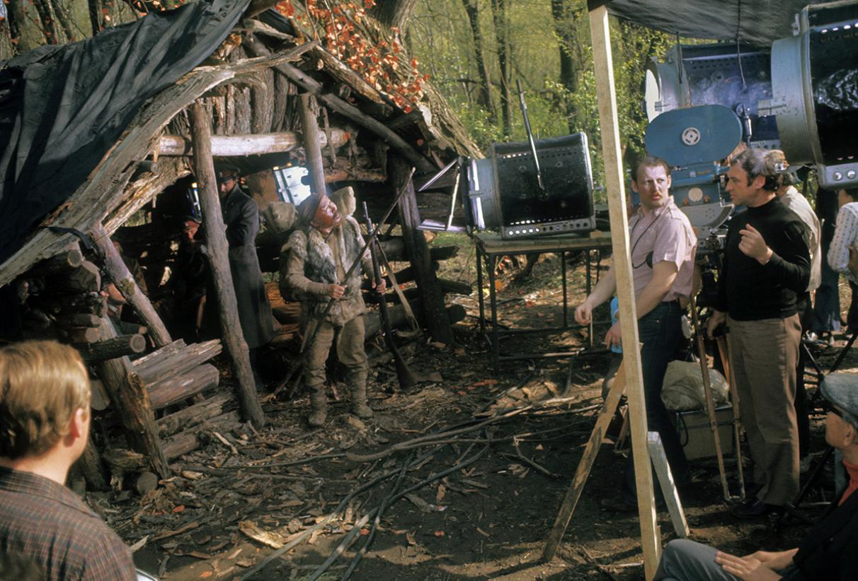 Съветският актьор Максим Мунзук (в средата) участва във филма