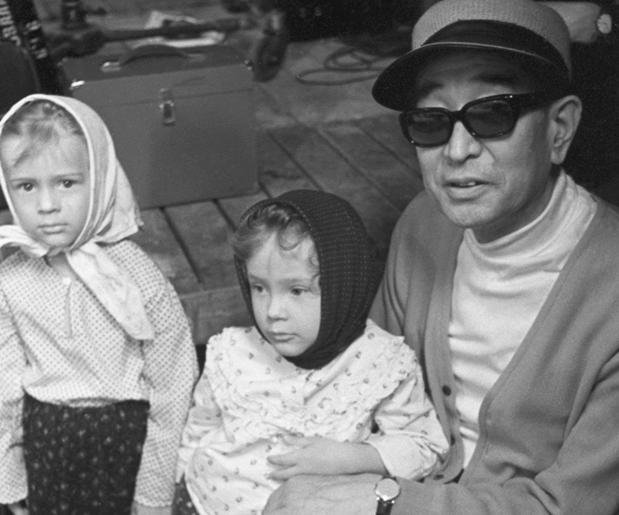 Акира Куросава с двама московчани по време на снимките на