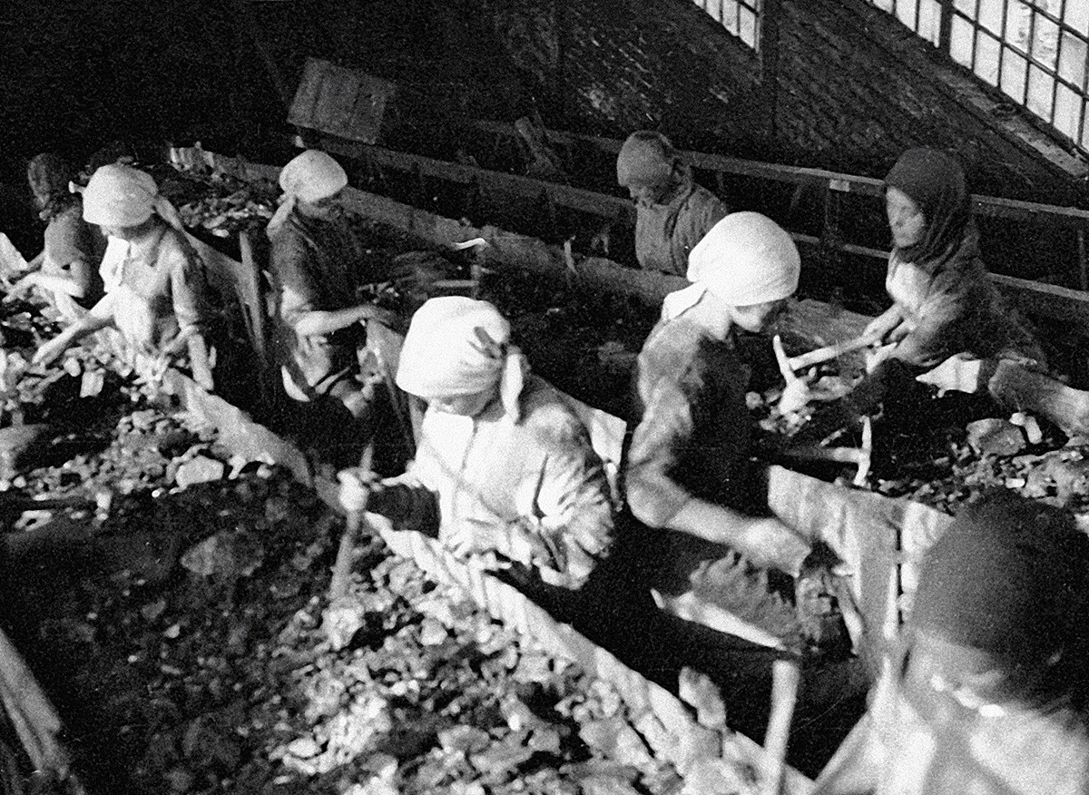 Clasificando el carbón en un transportador en la avanzada mina