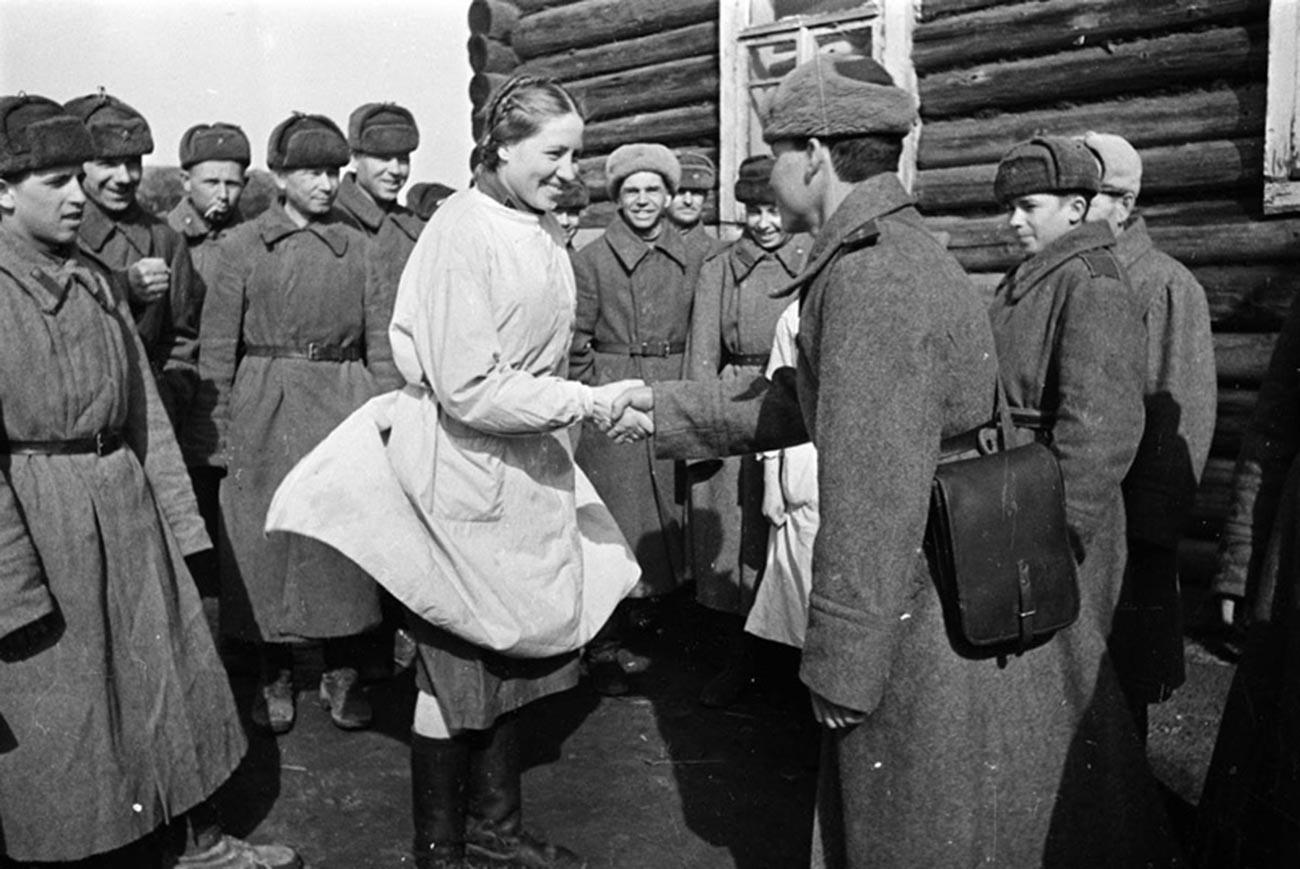 Soldati ringraziano il personale medico in un ospedale da campo