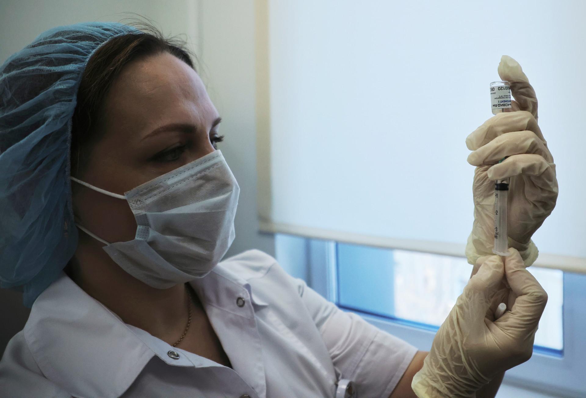 Le prime dosi del vaccino Sputnik V somministrate in una clinica di Mosca