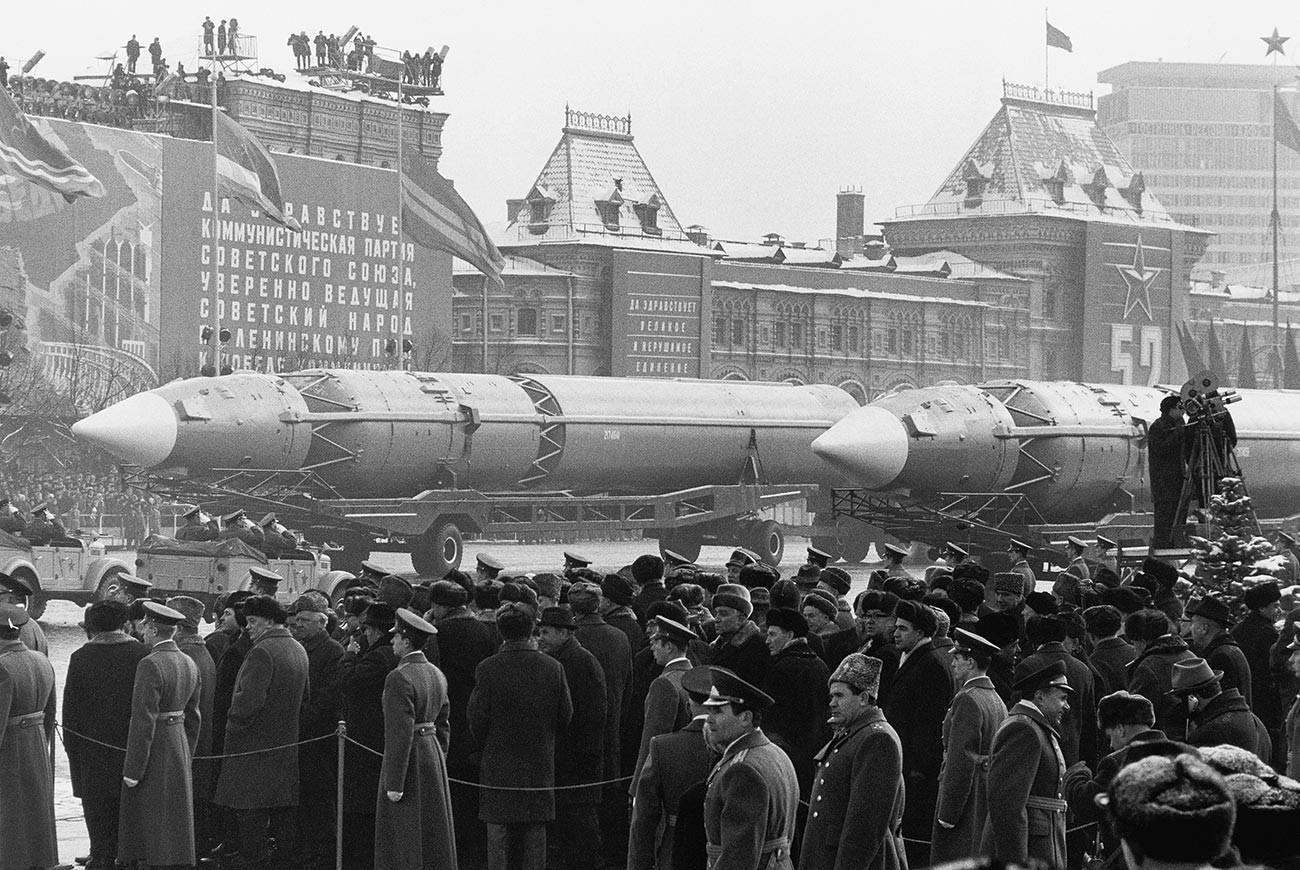 Des Moscovites regardent le défilé des missiles balistiques intercontinentaux le long de la place Rouge à l'occasion de l'anniversaire de la Révolution bolchévique