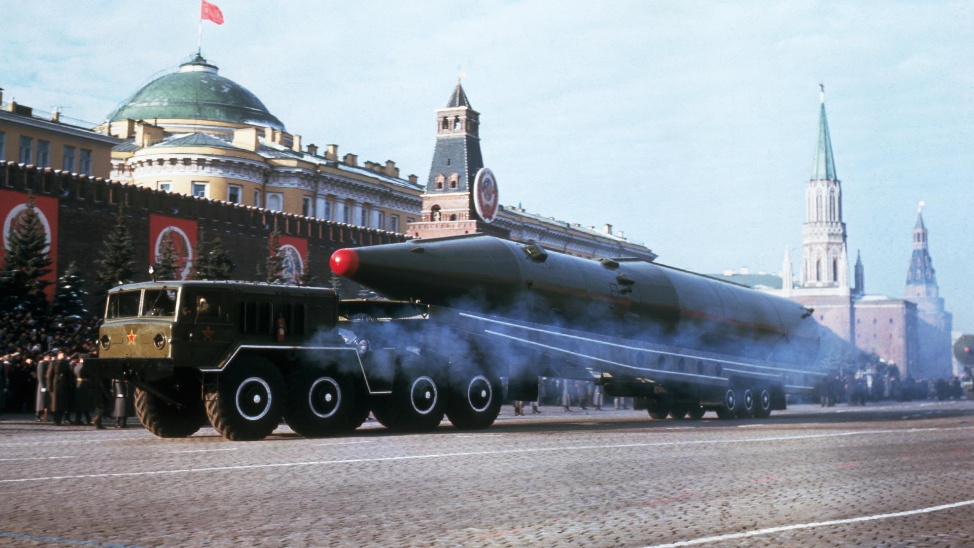 Un missile balistique soviétique sur la place Rouge lors du défilé célébrant le 50e anniversaire de la Révolution bolchévique