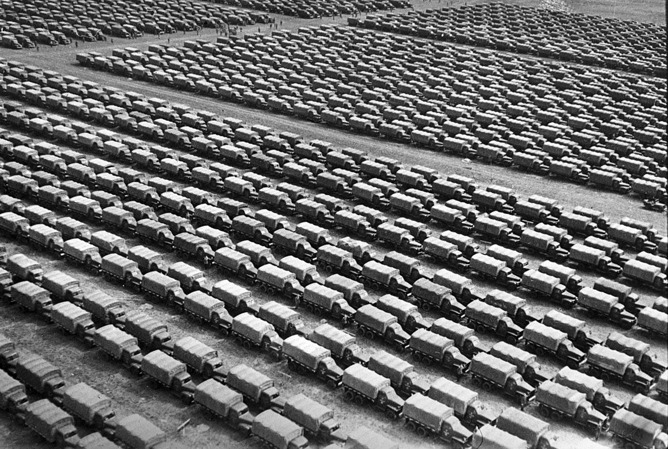 """Камиони """"Студебејкер"""" спремни за транспорт на фронт. Можајск."""