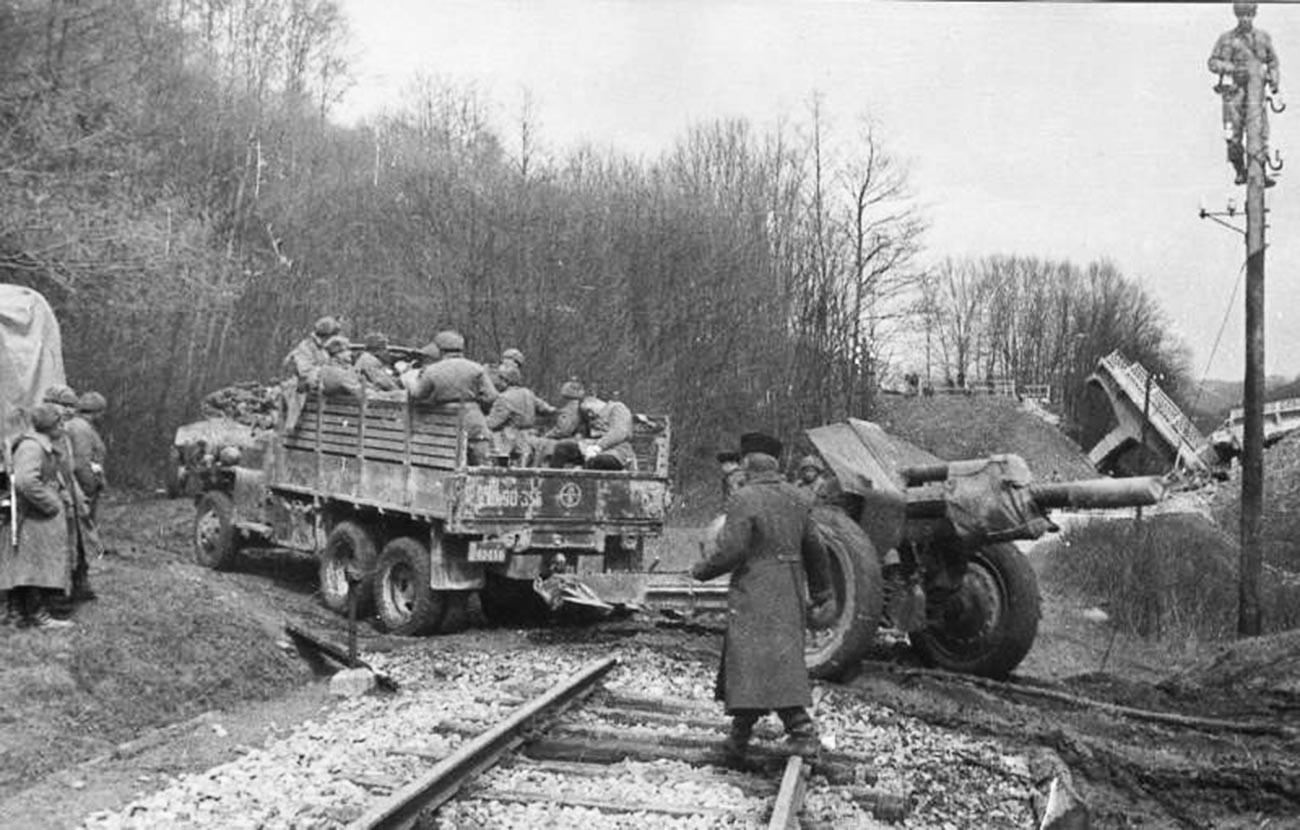 Камион Studebaker извлачи хаубицу М-30 калибра 122 мм из 1938.