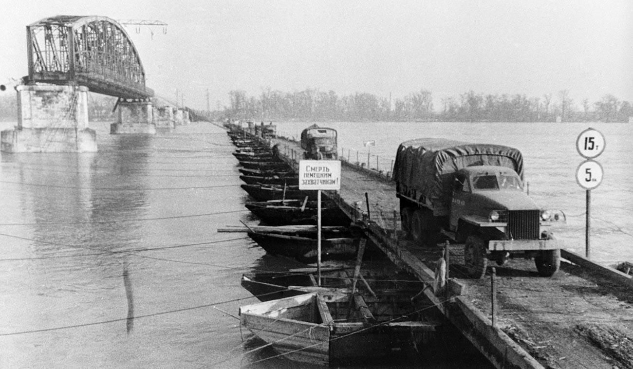 Мађарска, Будимпешта. Прелазак совјетске војске преко Дунава по понтонском мосту.