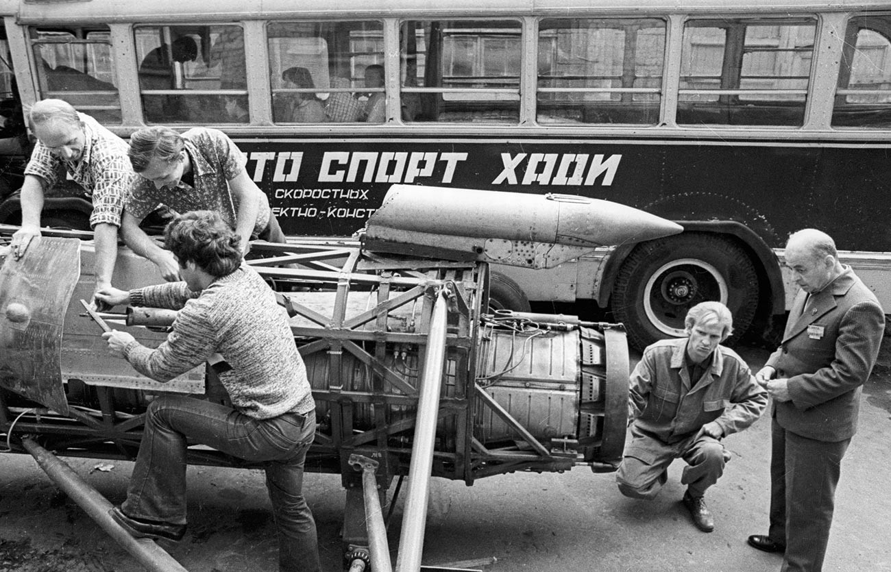 Študenti Harkovskega avtomobilsko-cestnega inštituta med sestavljanjem modela HADI-9