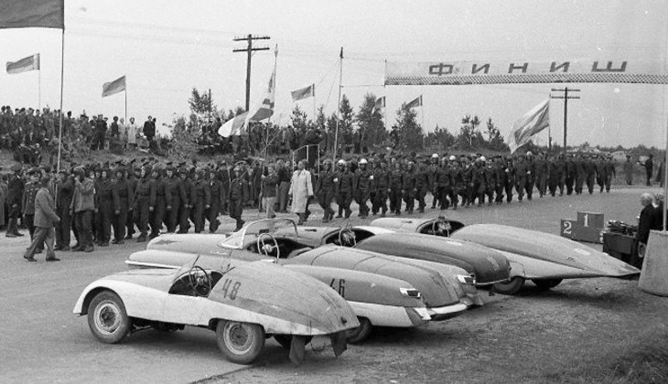 """У првом плану тркачки аутомобил """"Минск"""". Шампионат Совјетског Савеза у ауто-тркама 1956."""