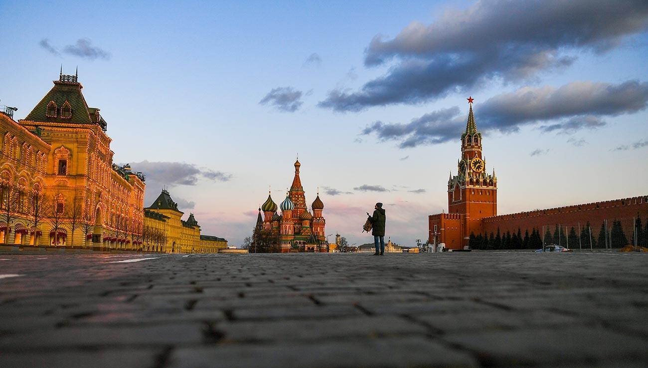Прохожий на Красной площади в Москве.