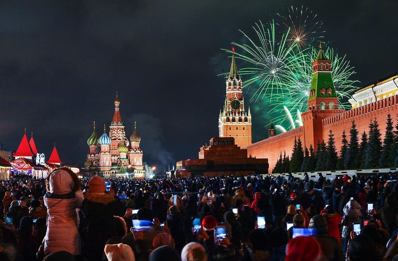 Feu d'artifice sur la place Rouge pour le Nouvel An